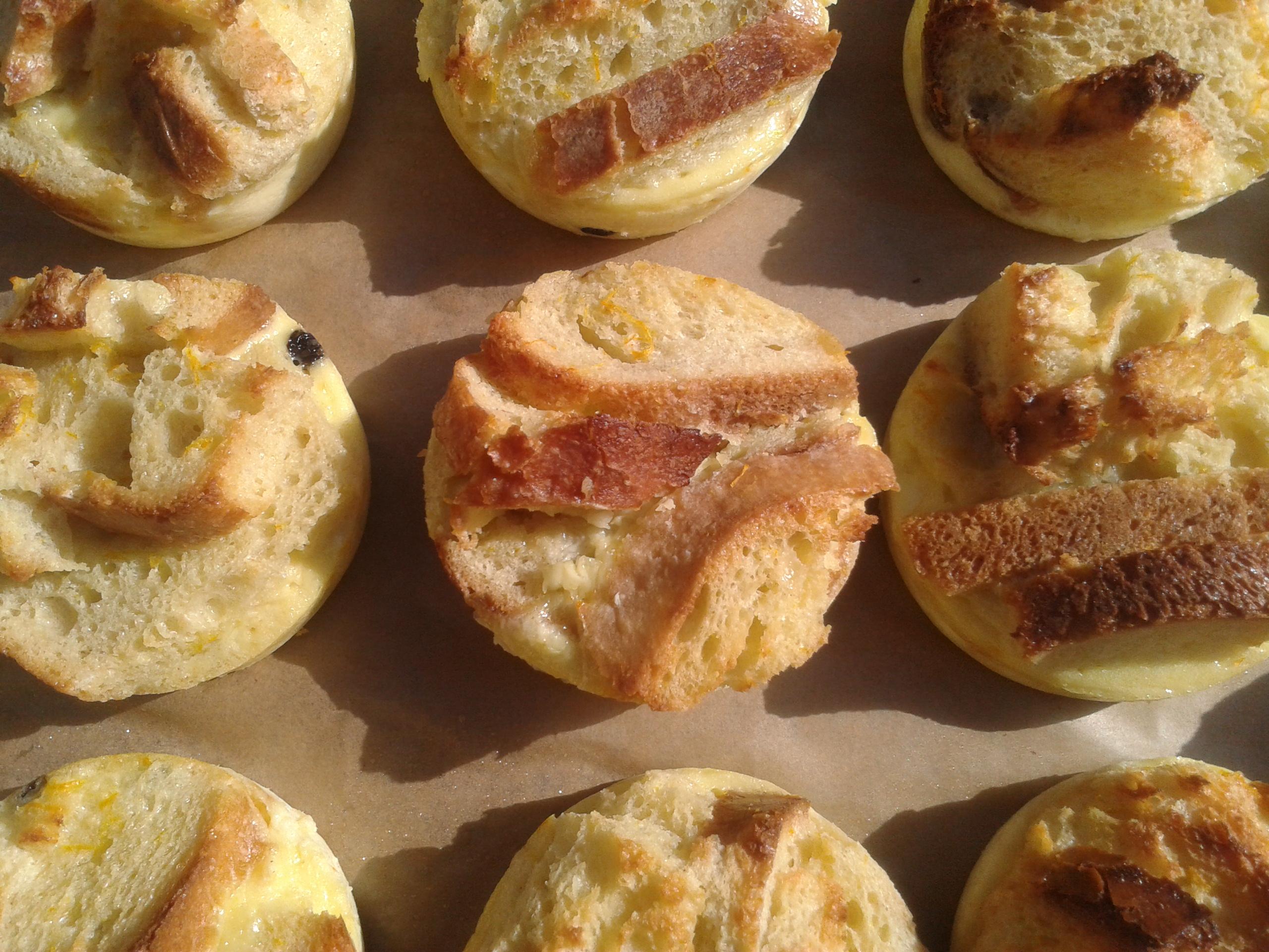 Broodtaart met vanillesaus en gebakken appel