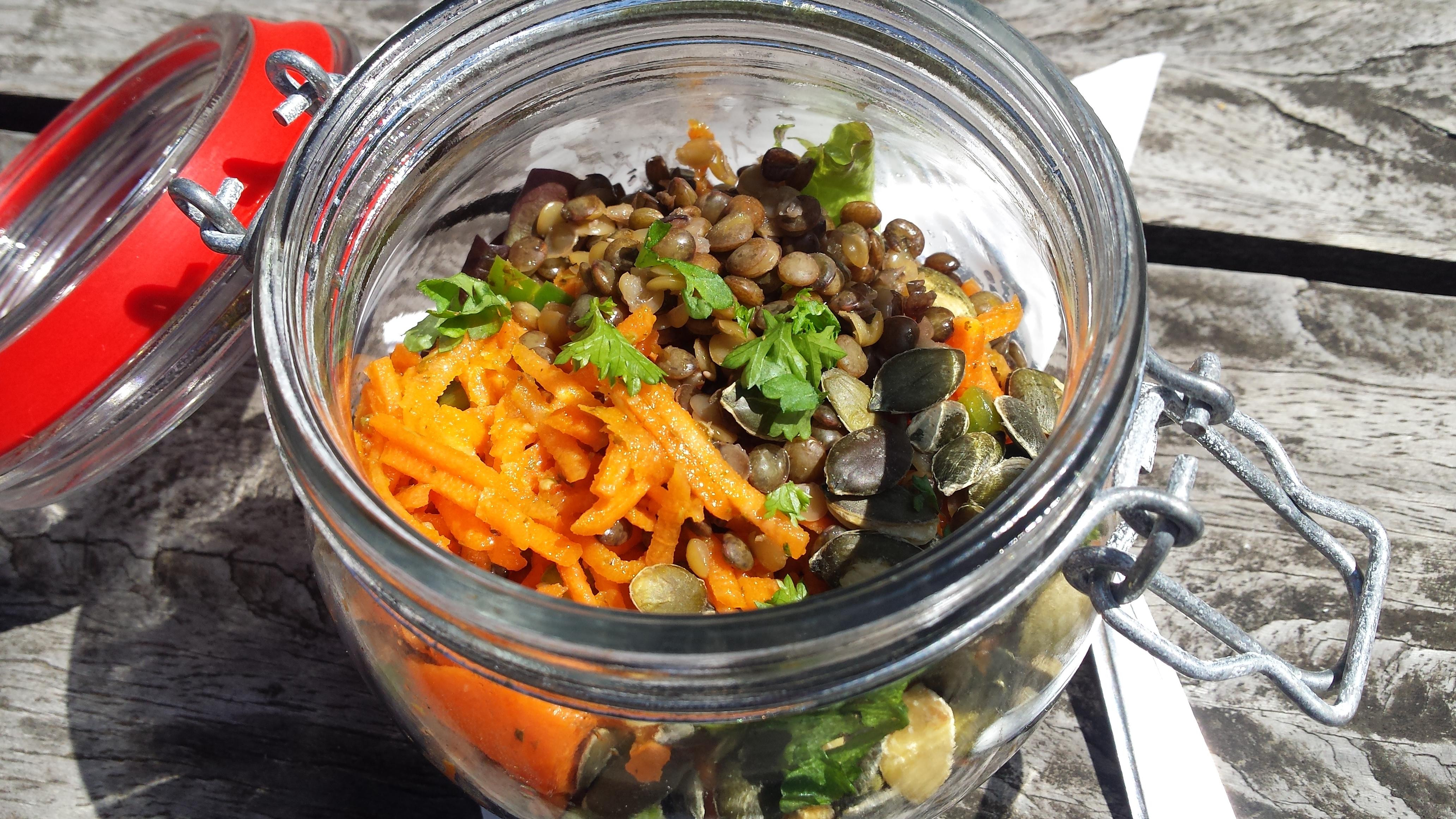 Arbeidsvitaminen – Wortel-paprikasalade met linzen en pompoenpitten