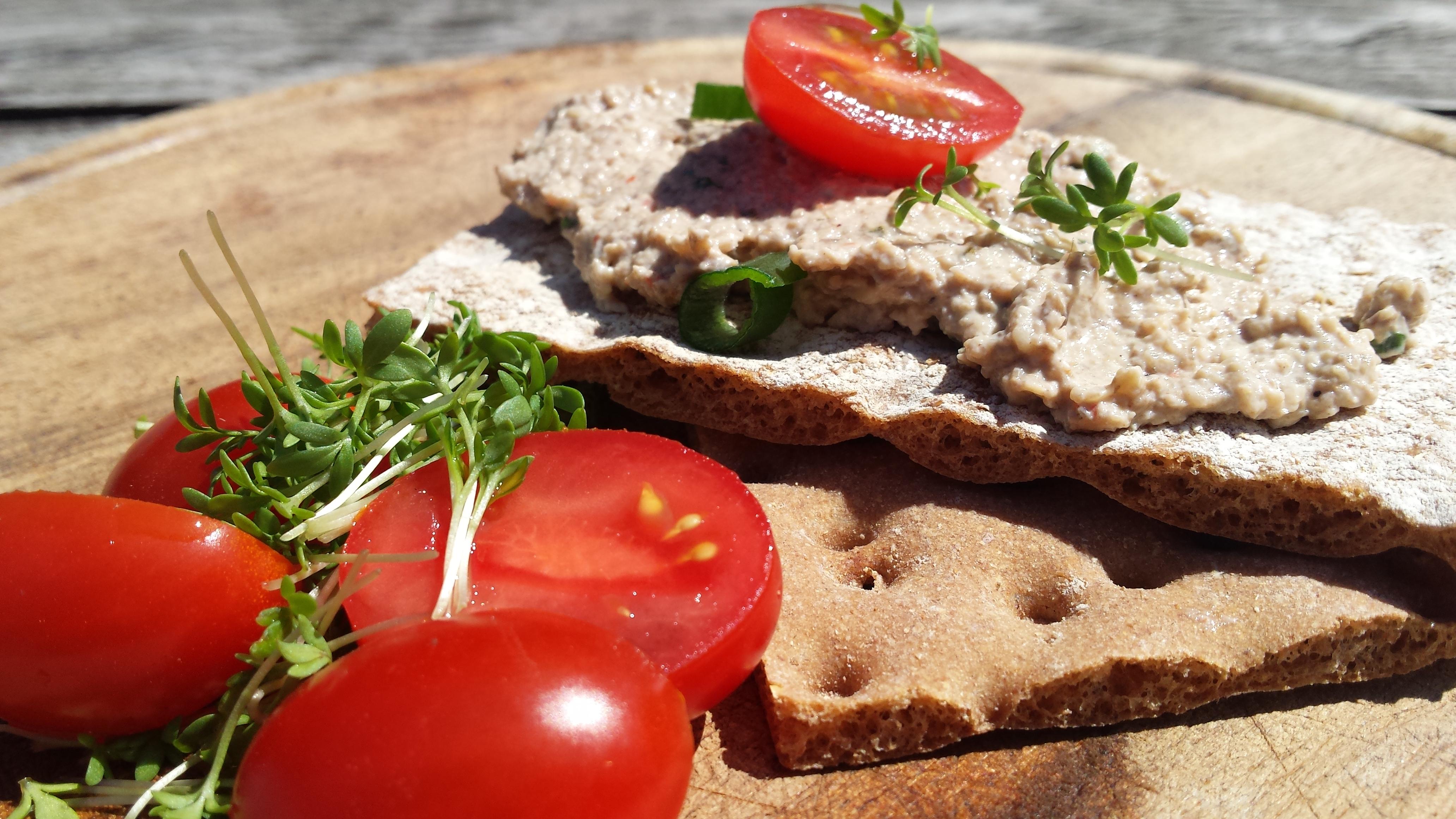 Arbeidsvitaminen – Crackers met paddenstoelen-paté, tuinkers, lente-ui en tomaat