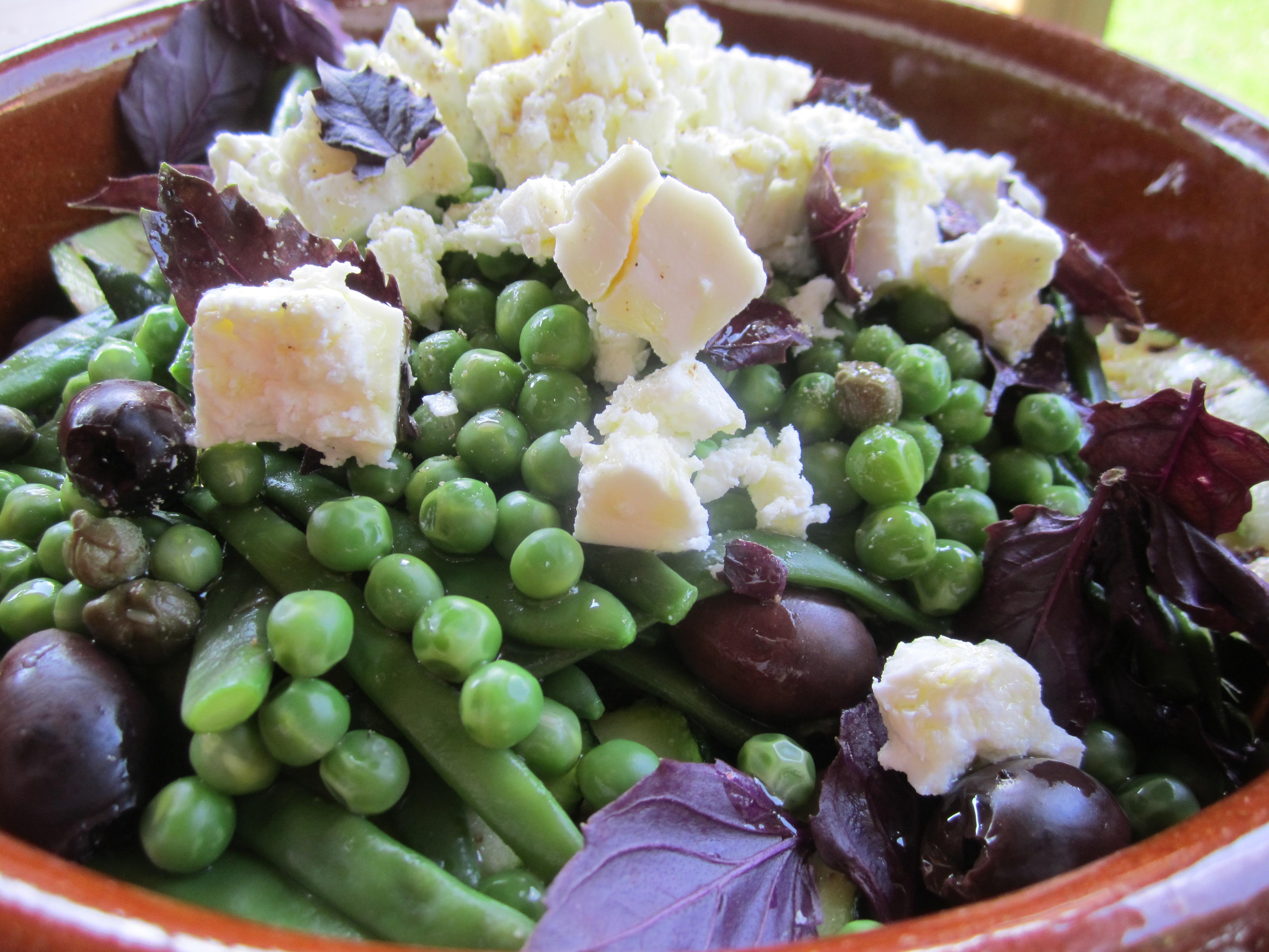 zomerse salade met verse peulvruchten, courgette, basilicum en fetakaas